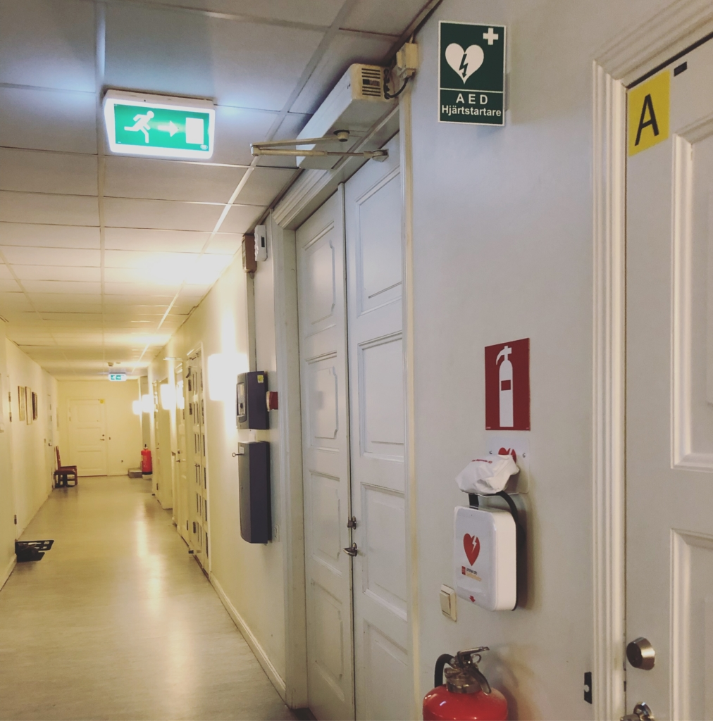 skylt AED hjärtstartare